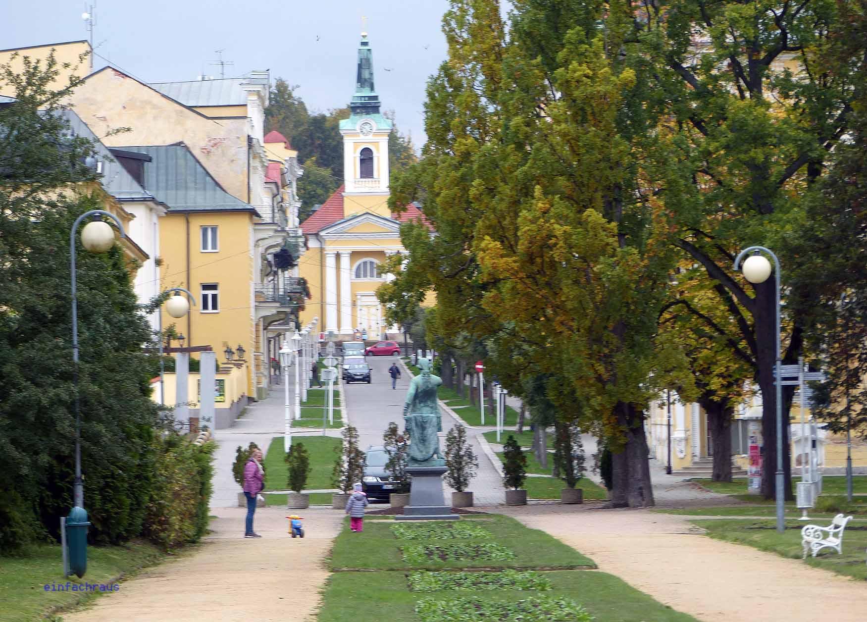 Blick über den Boulevard von Franzensbad zur Kirche, Foto: Weirauch