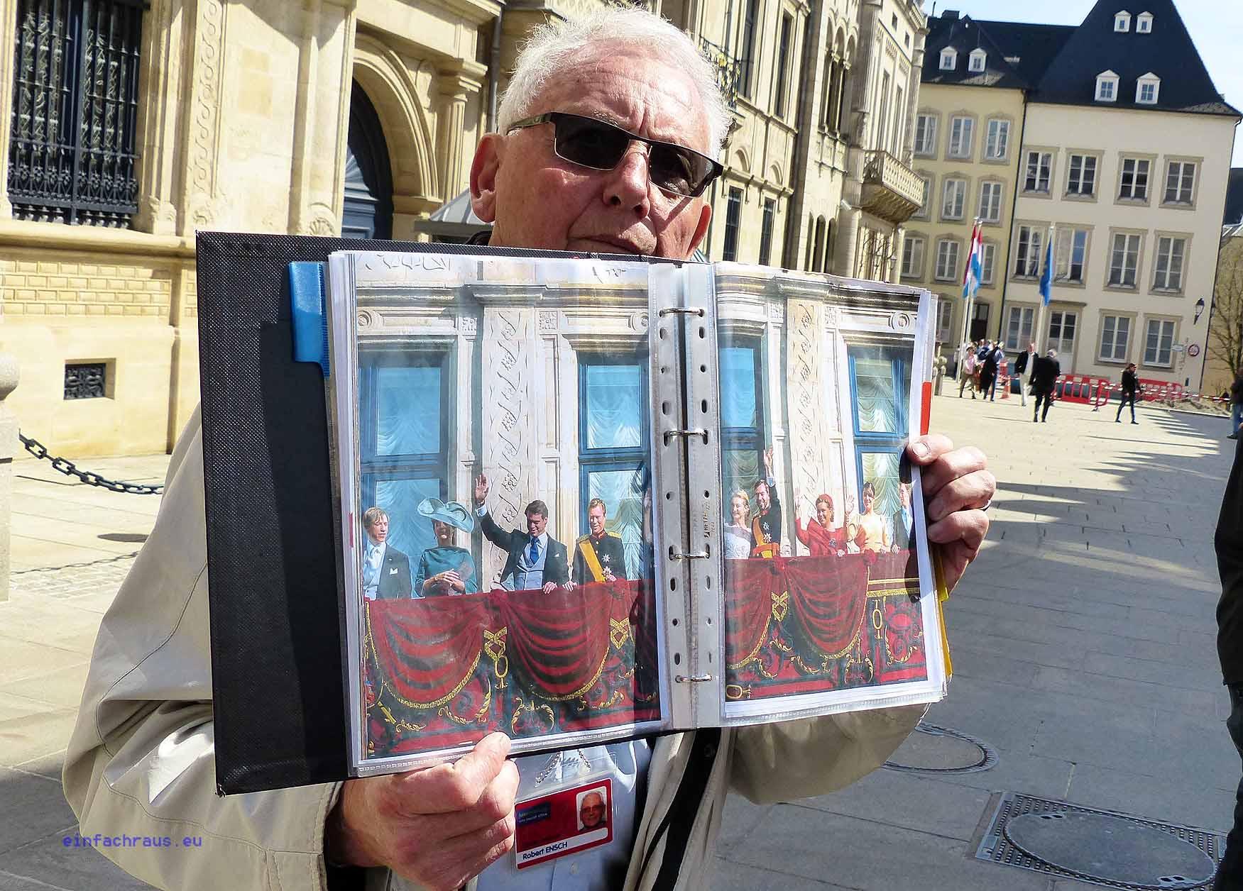 Stolz zeigt der Stadtführer ein Bild der großherzoglichen Famili,