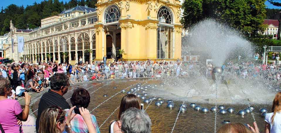 """Marienbad, Tschechien Die """"Singende Fontäne"""" sprüht zu jeder vollen ungeraden Stunde ihr Wasser aus unzähligen feinen Düsen, untermalt von klassischer Musik. © - / Dieter Weirauch"""