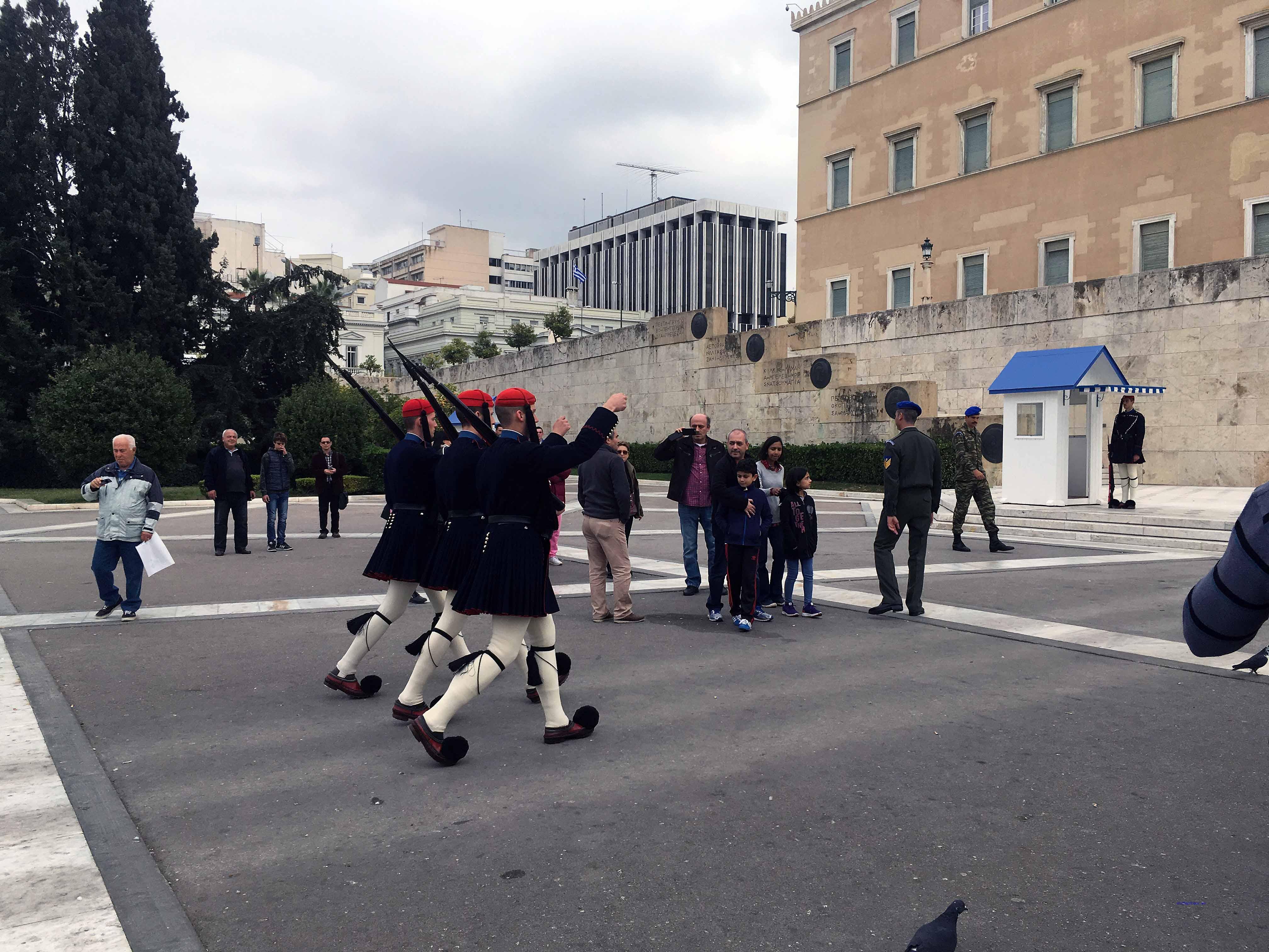 Sonntags um 11 Uhr findet vor dem Parlament auf dem Sintagma-Platz der Wachwechsel statt. Foto: D. Weirauch