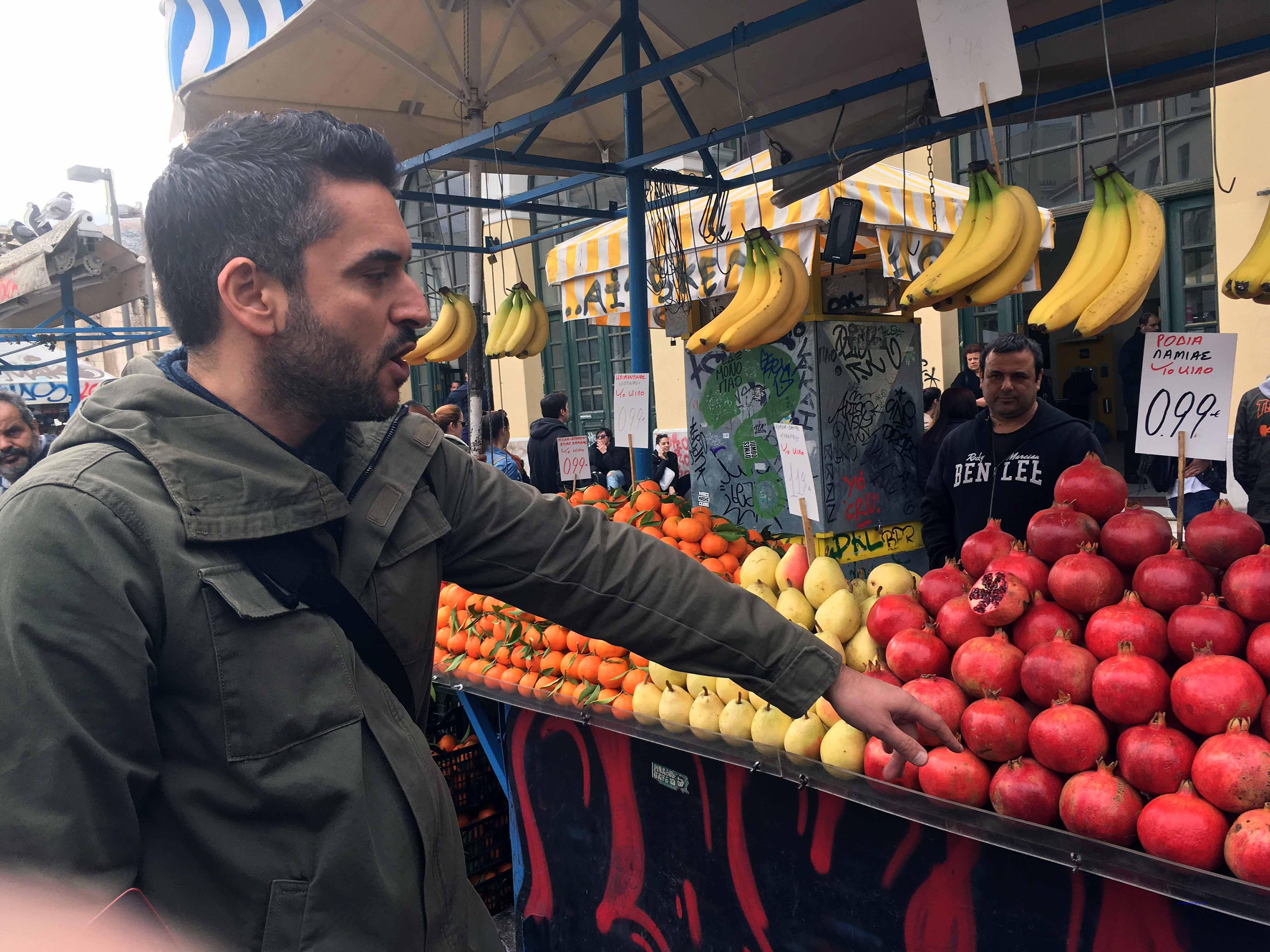 Insight-Athen-Stadtführer George begleitet Touristen auch auf Obst,- Fisch und Fleischmarkt. Foto: D.Weirauch