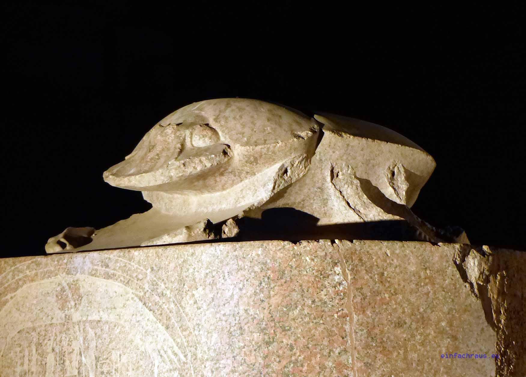 Auf einem Sockel befindet sich der Skarabäus. Den Ägyptern war der Mistkäfer heilig und brachte daher Glück. Foto: Weirauch
