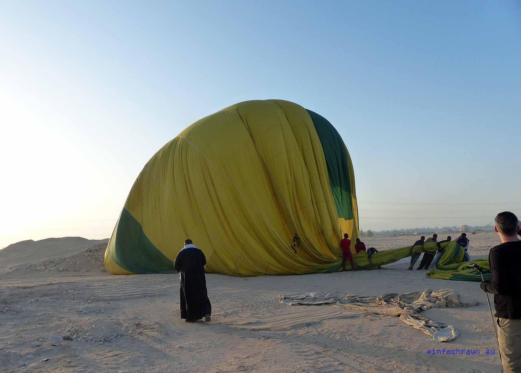 Fleissige Helfer packen den Heissluftballon schnell zusammen und bringen ihn an den Ausgangsort zurück. Foto: Weirauch