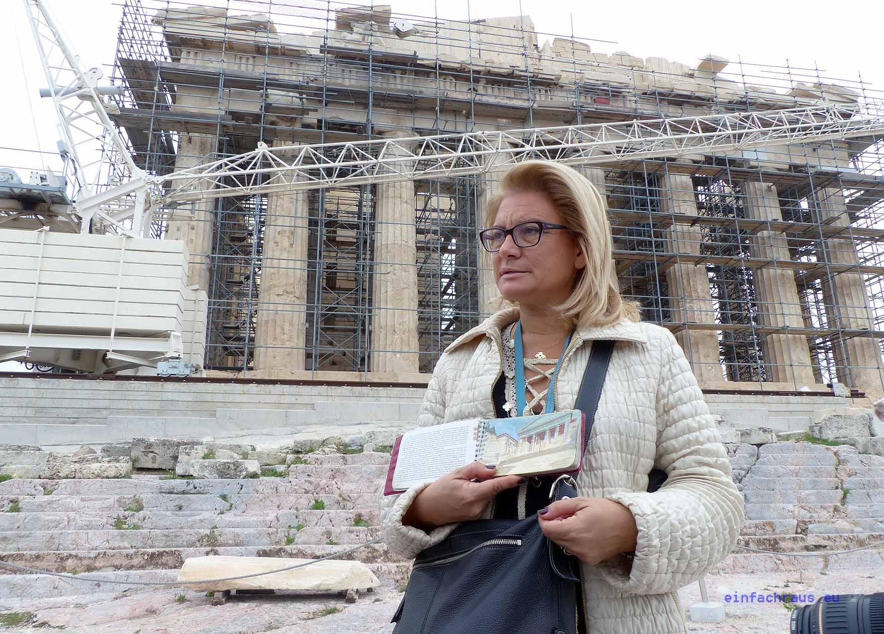 Engagierte Stadtführer, wie Diana Stefanou, erklären den Touristen die Akropolis. Foto: Weirauch