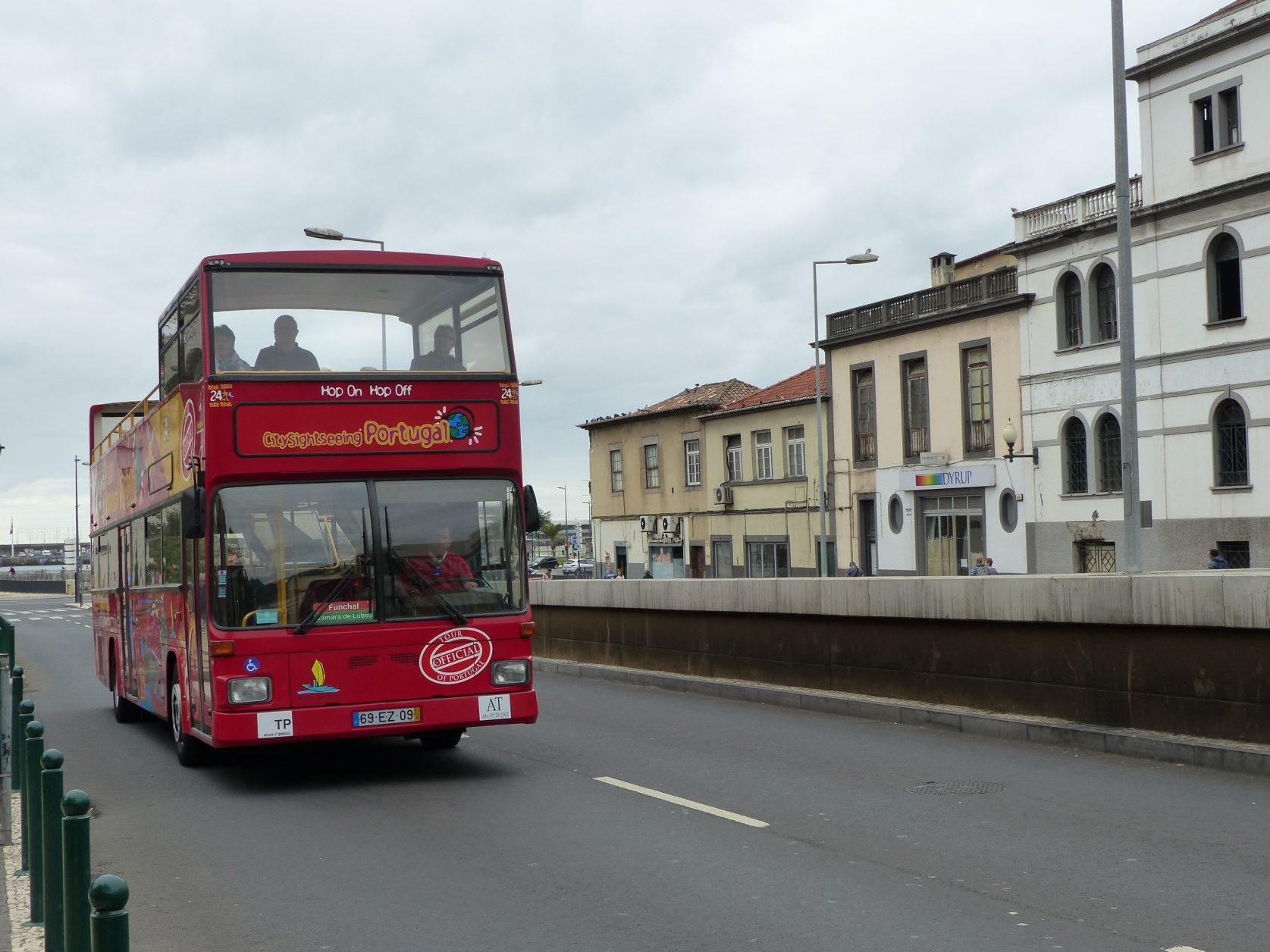 Mit dem hop on Hop Off Bus kommt man auch in entlegene Ecken von Funchal, Foto: D.Weirauch