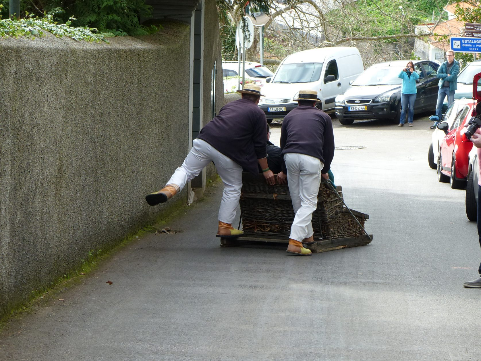 Wenn nötig, springen die Fuhrmänner mit einem Fuß hinten auf. Foto: D. Weirauch