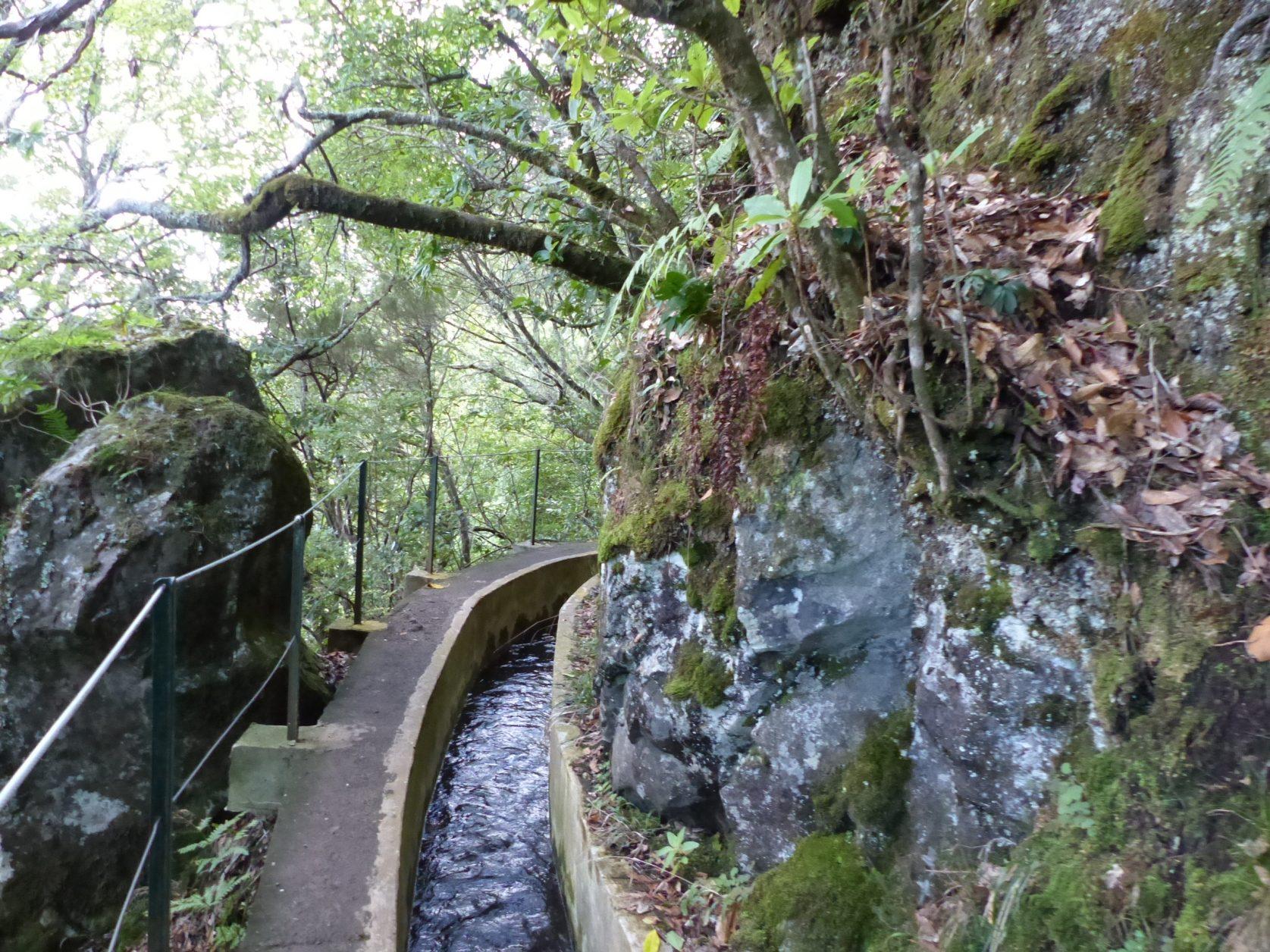 Teilweise recht eng geht es entlang der Levadas zu, Foto: D.Weirauch