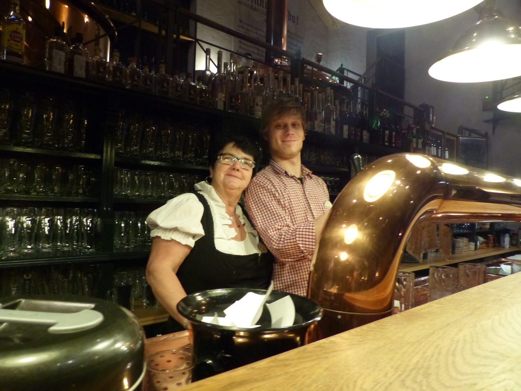 Carola und Marcell bedienen die Gäste im Brauhaus von Seinerzeit, Foto: D.Weirauch