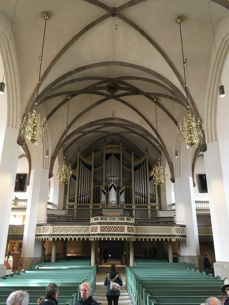 Blick in das Innere der Kirche mit der von der Orgelbaufirma Sauer (Frankfurt/Oder) erbauten Orgel, Foto: D. Weirauch