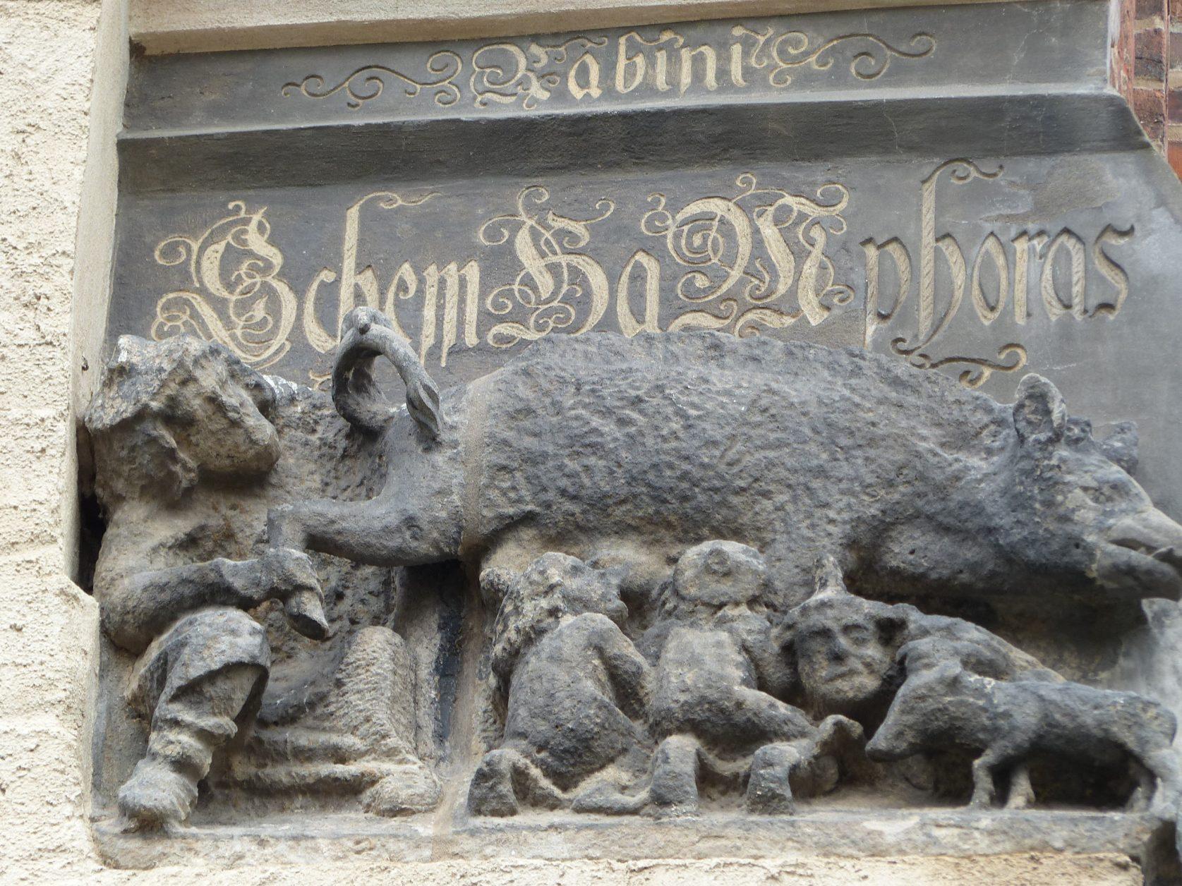 Plastisch-bildhafte Darstellung der zeitgenössischen Judensau an der Außenwand. Foto: D.Weirauch