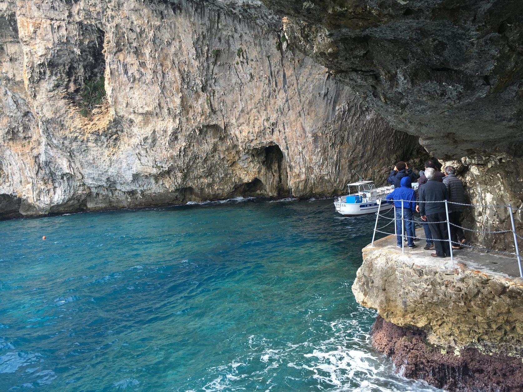 Der Eingang zur Grotta Zinzulusa liegt in einer zum Meer hin steil abfallenden Wand. Foto: D.Weirauch