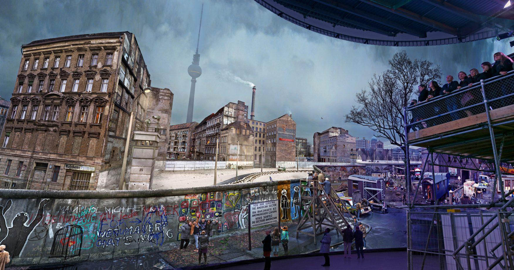 • Panorama DIE MAUER mit Besuchern auf der Plattform, Foto David Oliveira © asisi