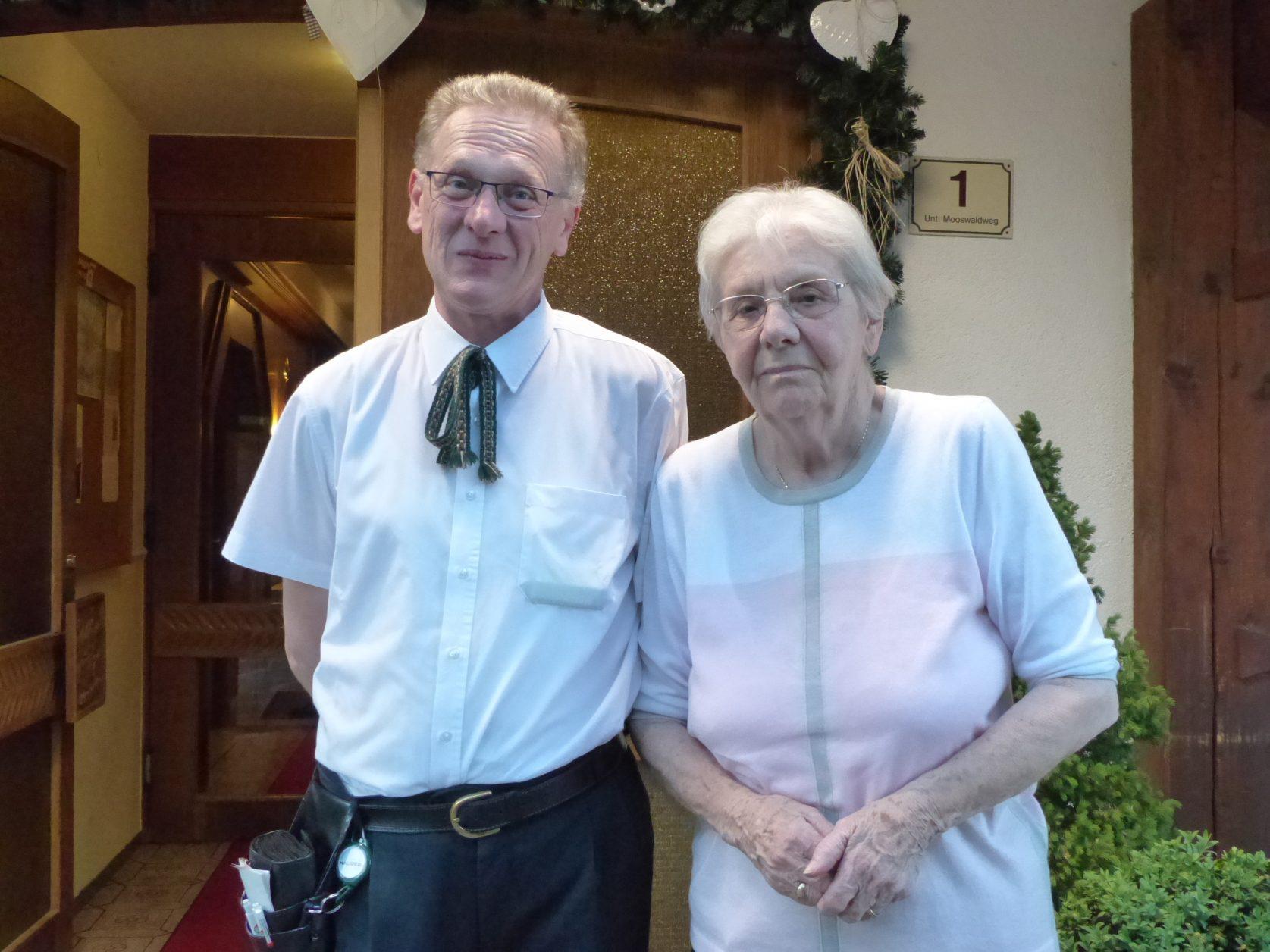 Oberkellner Martin und die Hotelchefin Edith Stierschneider verstehen sich gut. Foto: D.Weirauch