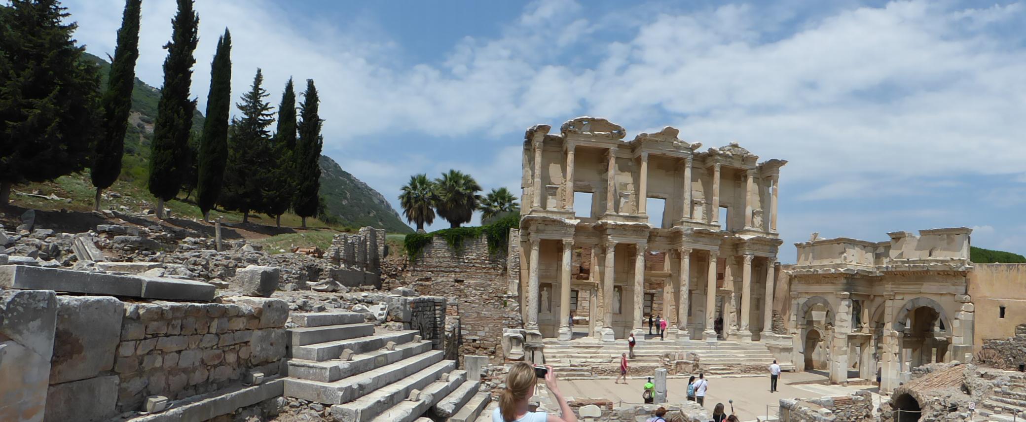 Die wiederaufgebaute Celsus-Bibliothek aus dem frühen 2. Jahrhundert n. Chr. .