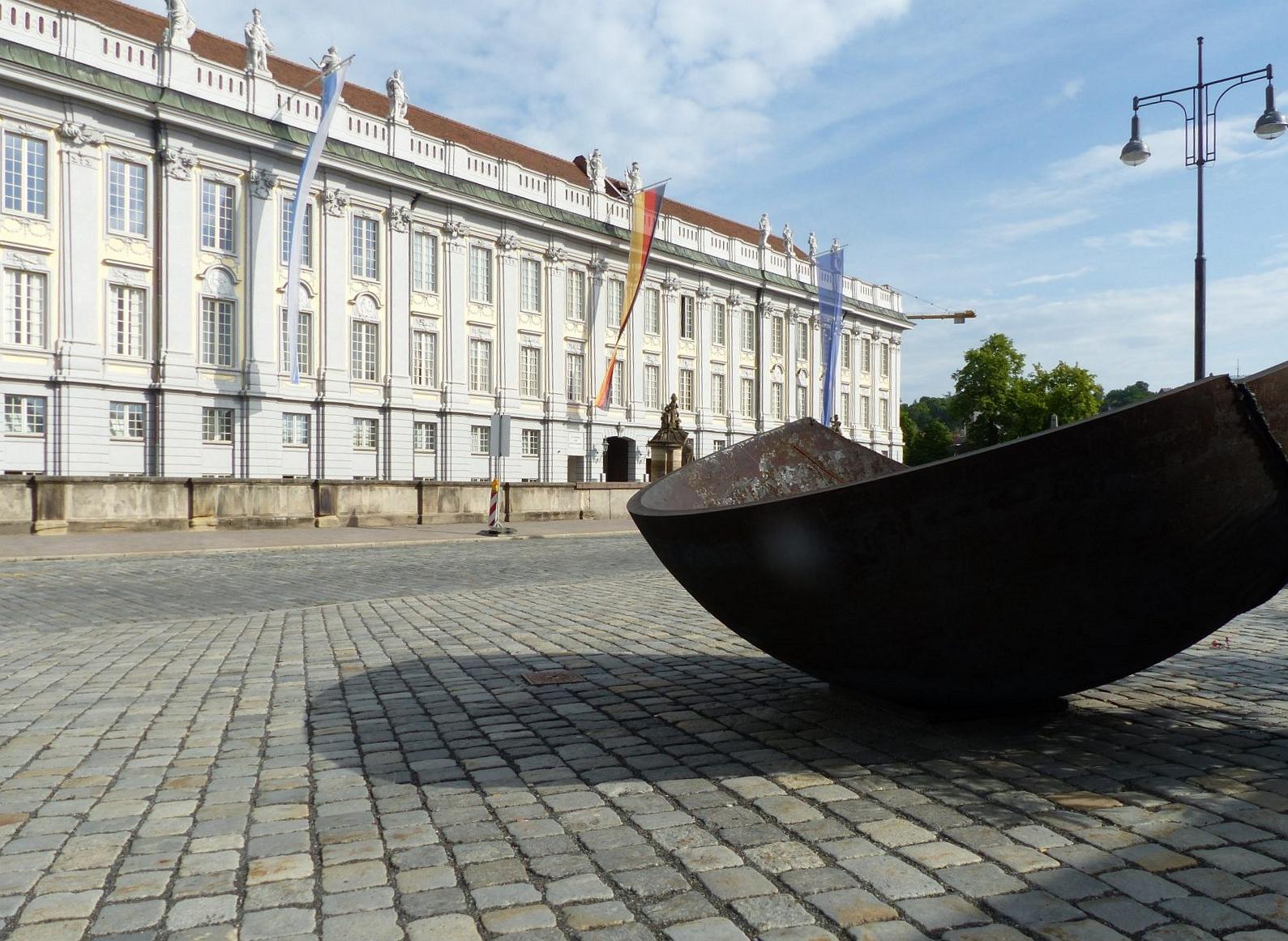 Blick auf die Reidenz Ansbach, im Vordergrund eine Kunstinstallaition, Foto: D.Weirauch