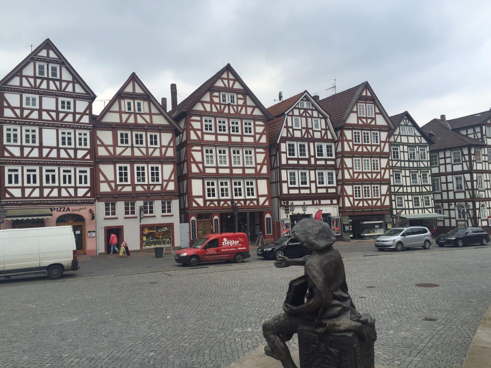 ). Jahrhundertealte Fachwerkhäuser gruppieren sich um die erste Reformationskirche Hessens auf dem romantischen Marktplatz.Foto: D.Weirauch