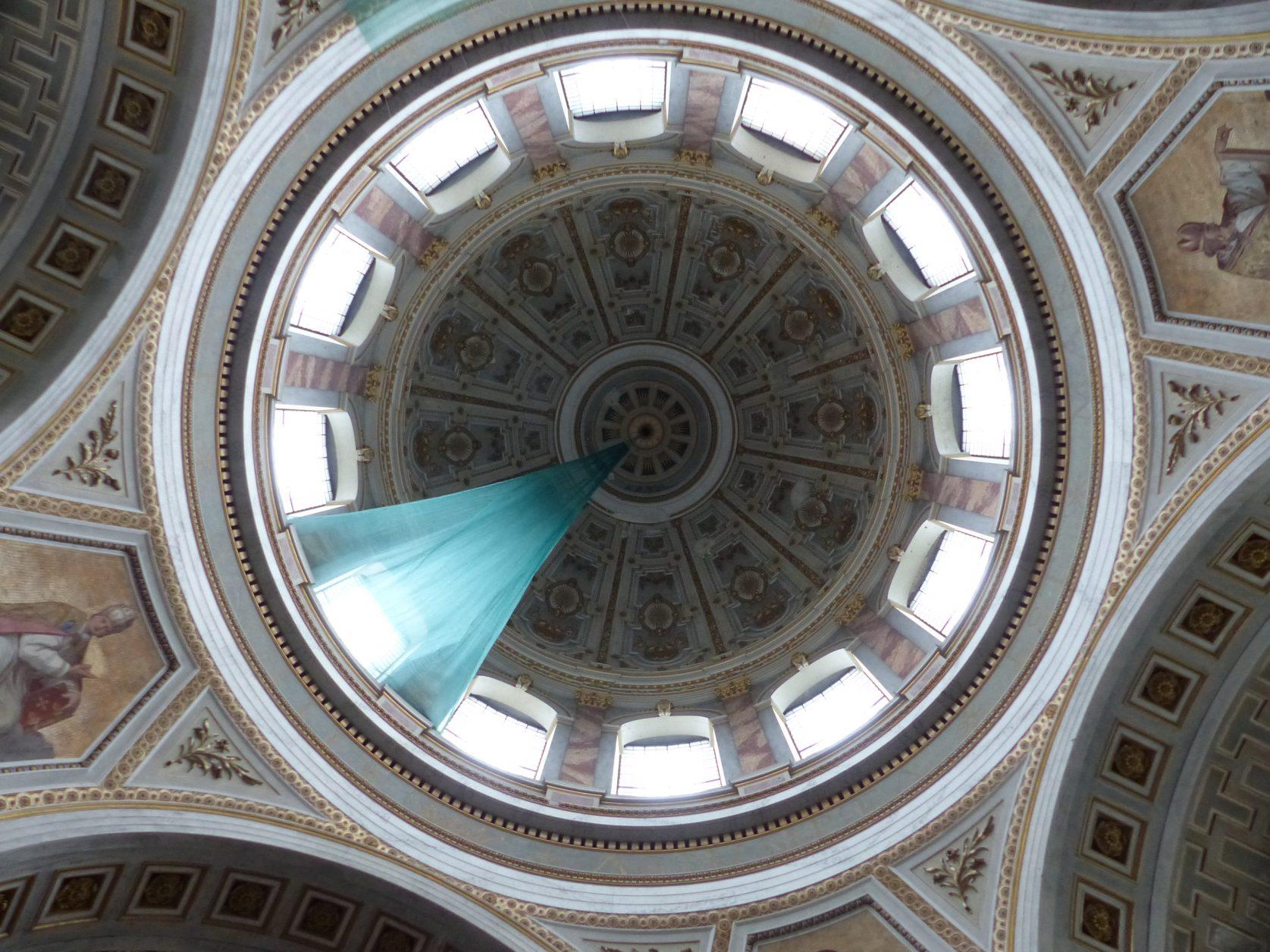 """Die Inschrift der Kuppel, die im """"Herzen"""" der Kathedrale über der vierung """"schwebt"""", gedenkt der Aufnahme Mariens in den Himmel"""