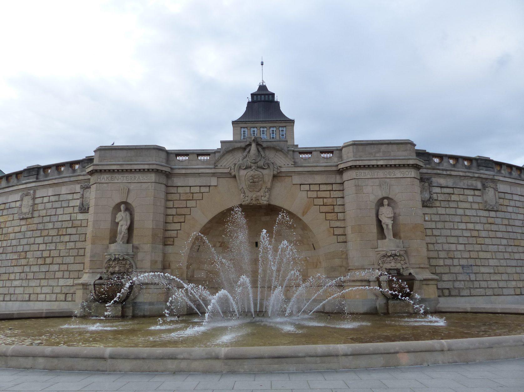 Der von Ludwig Manzel geschaffene Brunnen auf der Hakenterrasse in Stettin.