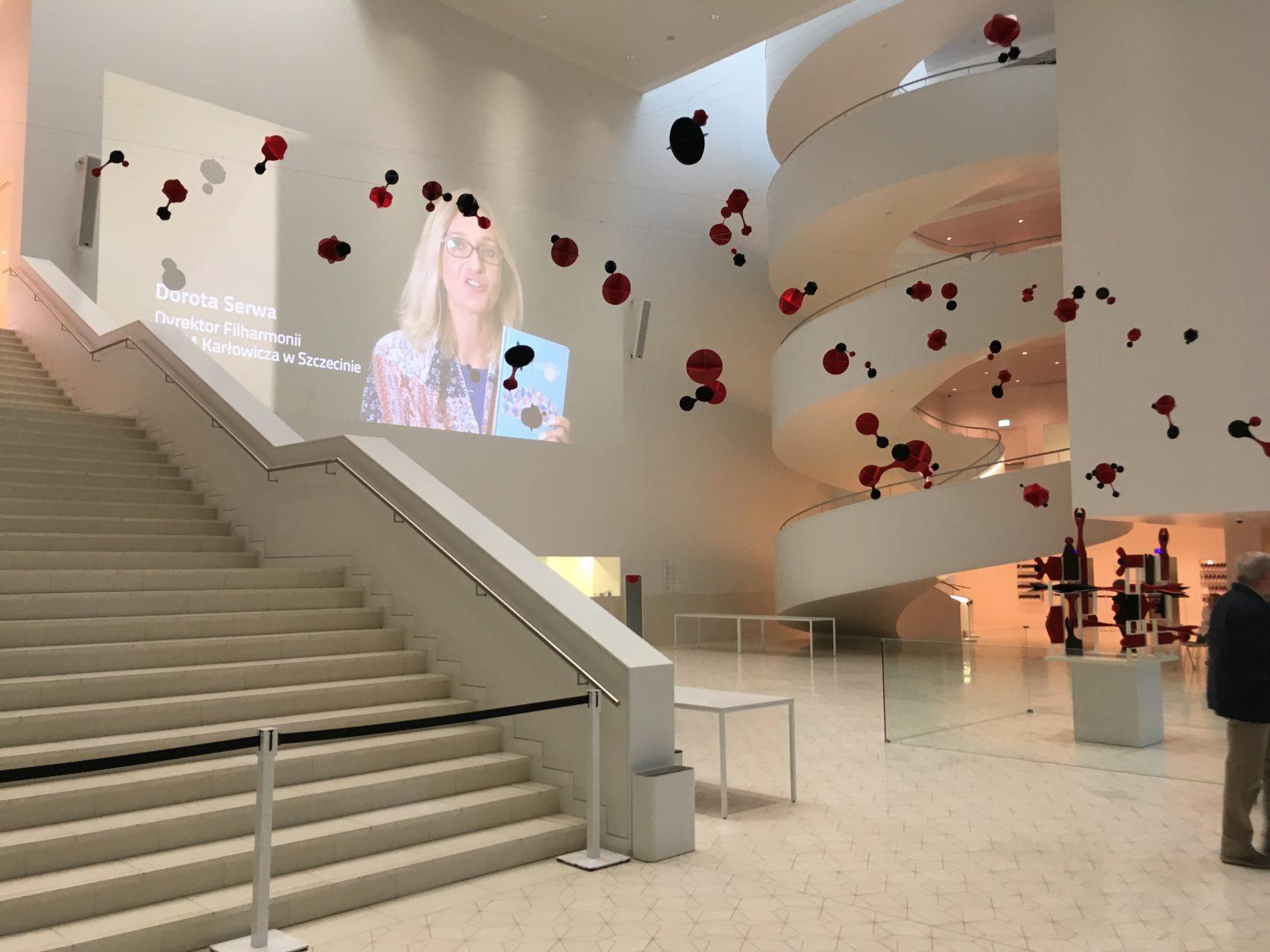 Die weiße Lobby mit der Wendeltreppe erinnert Ozeandampfer. Raum für Kunstprojekte, ansonsten strahlend weiß.