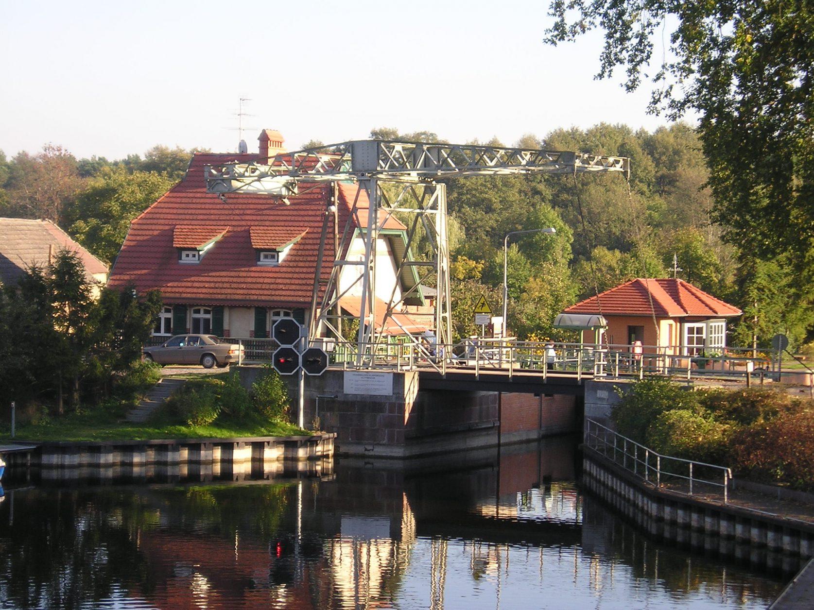 Die Zugbrücke von Altfriesack Foto. Weirauch
