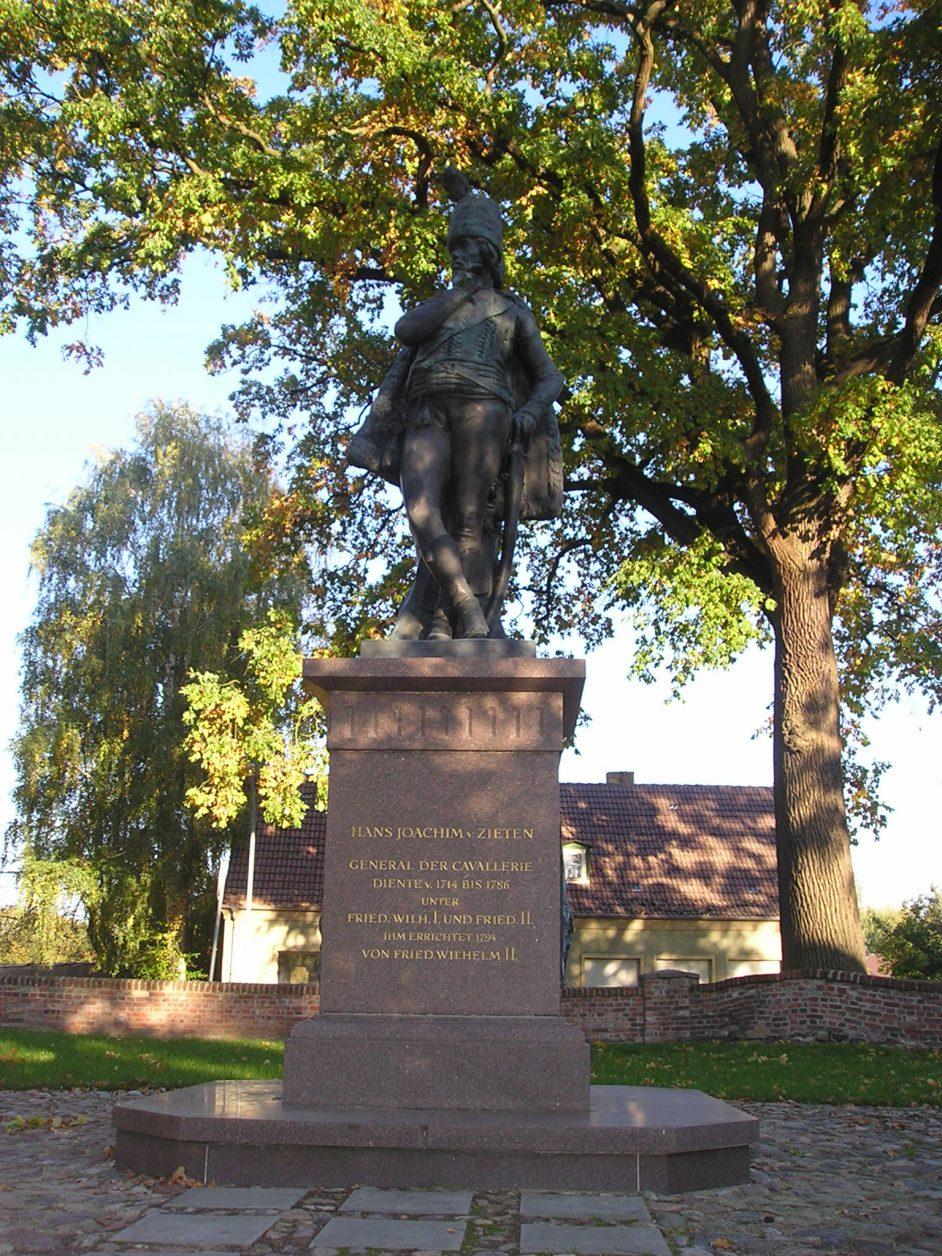 Denkmal für Hans Joachim von Zieten im Pfarrgarten von Wustrau Foto. Weirauch