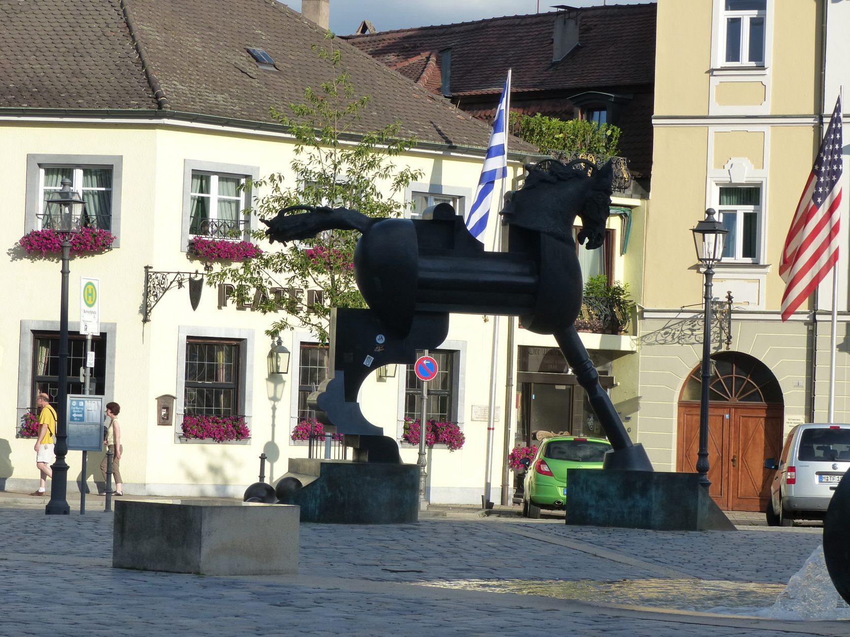 """Die moderne Pferdeplastik """"Anscavallo"""" in Ansbach Foto: Weirauch"""