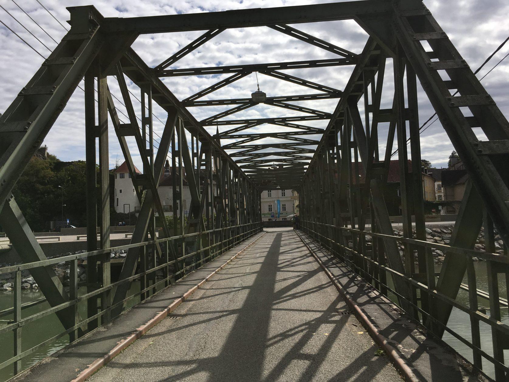 Vom Schiffsanleger wenige hundert Meter über diese Brücke dann kommt Melk mit dem Stift, Foto: Weirauch