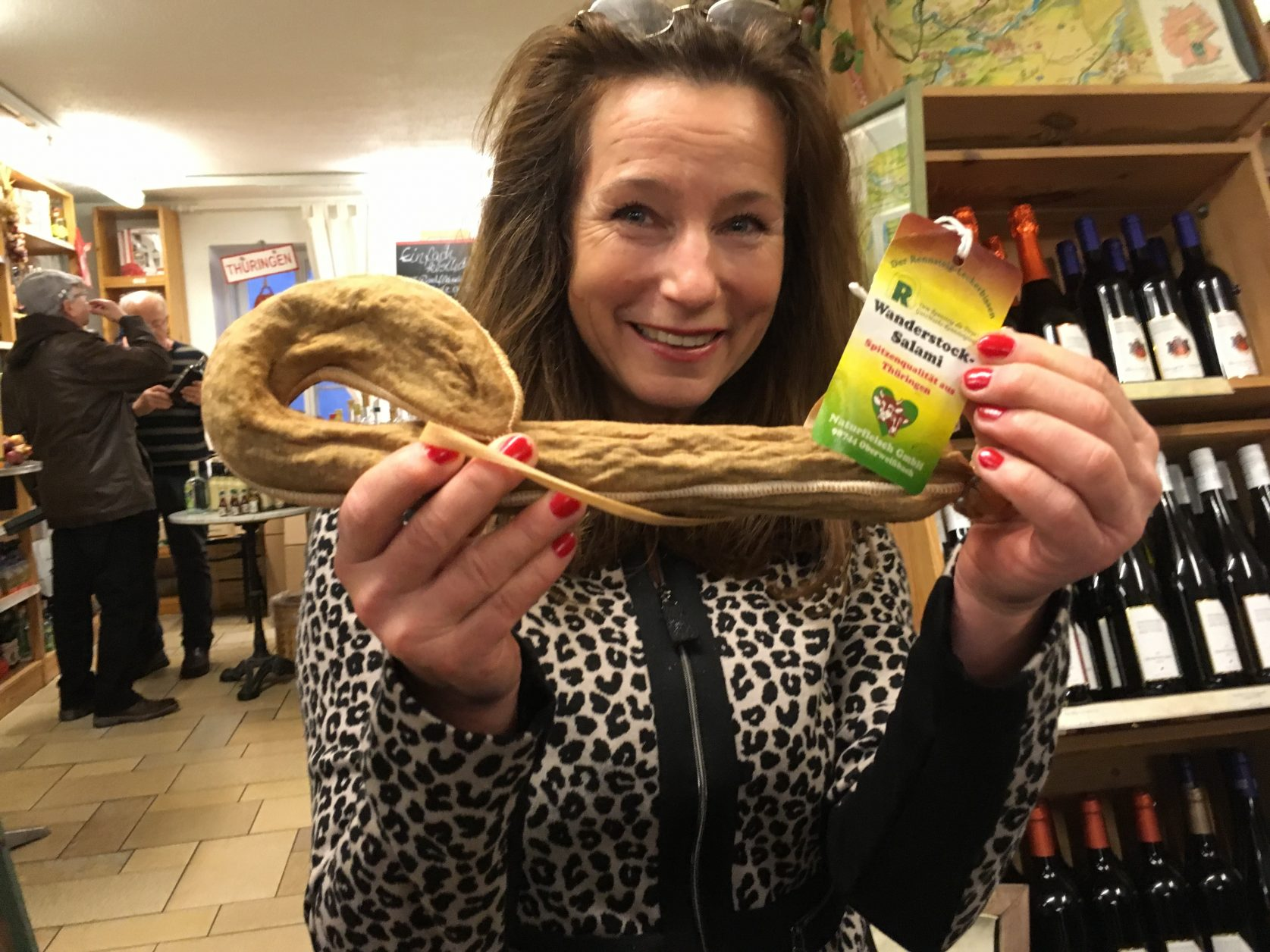 Bettina Vick mit der Wanderstock-Salami Foto: Weirauch