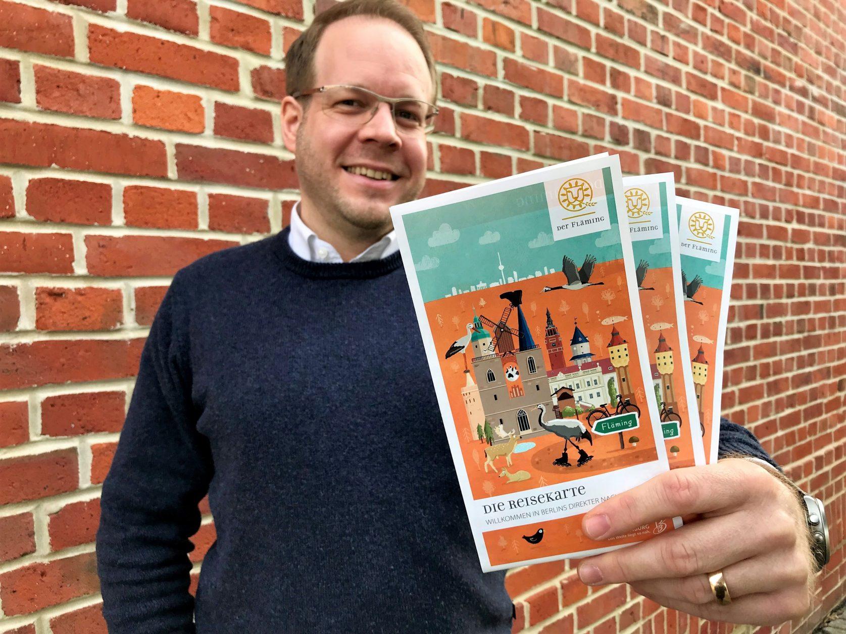 Die Reisekarte präsentiert Daniel SebastianMenzel (C) Tourismusverband Fläming