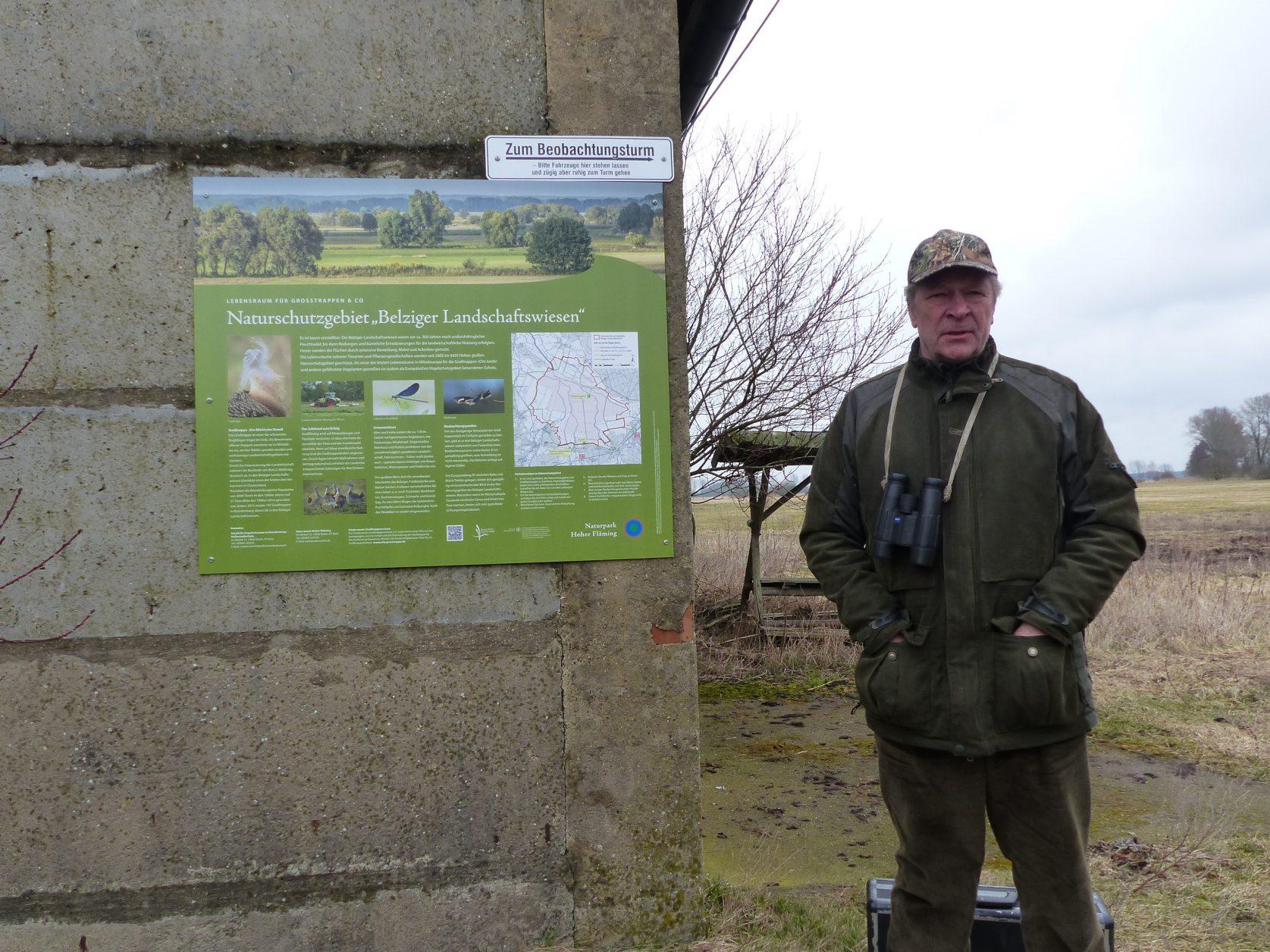 Norbert Eschholz kümmert sich um die Großtrappen in den Belziger Landschaftswiesen Foto: Weirauch