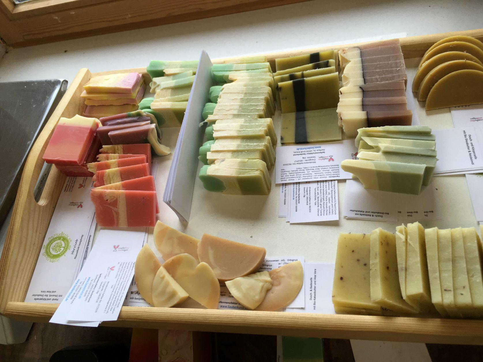 Jedes Stück Seife wird per Hand etikettiert. Foto: Weirauch