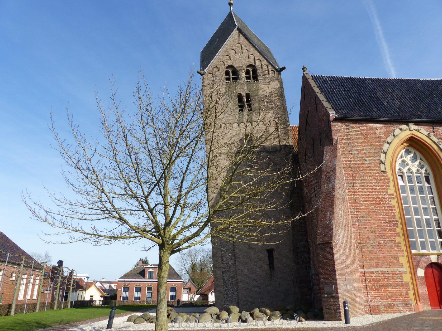 Schiefer Kirchturm von Bedum in der Provinz Groningen Foto: Weirauch