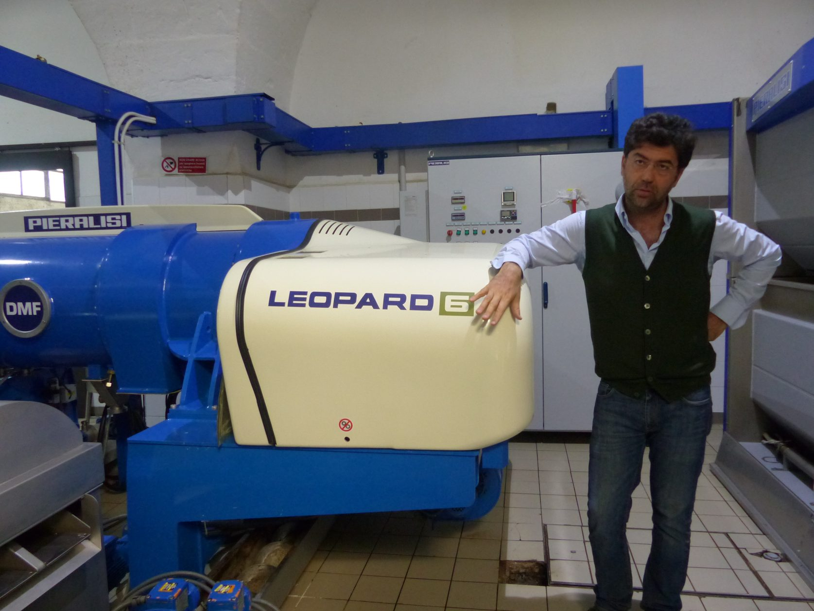 Dr. Pantaleo Greco erläutert die moderne Olivenölpresse Foto: Weirauch