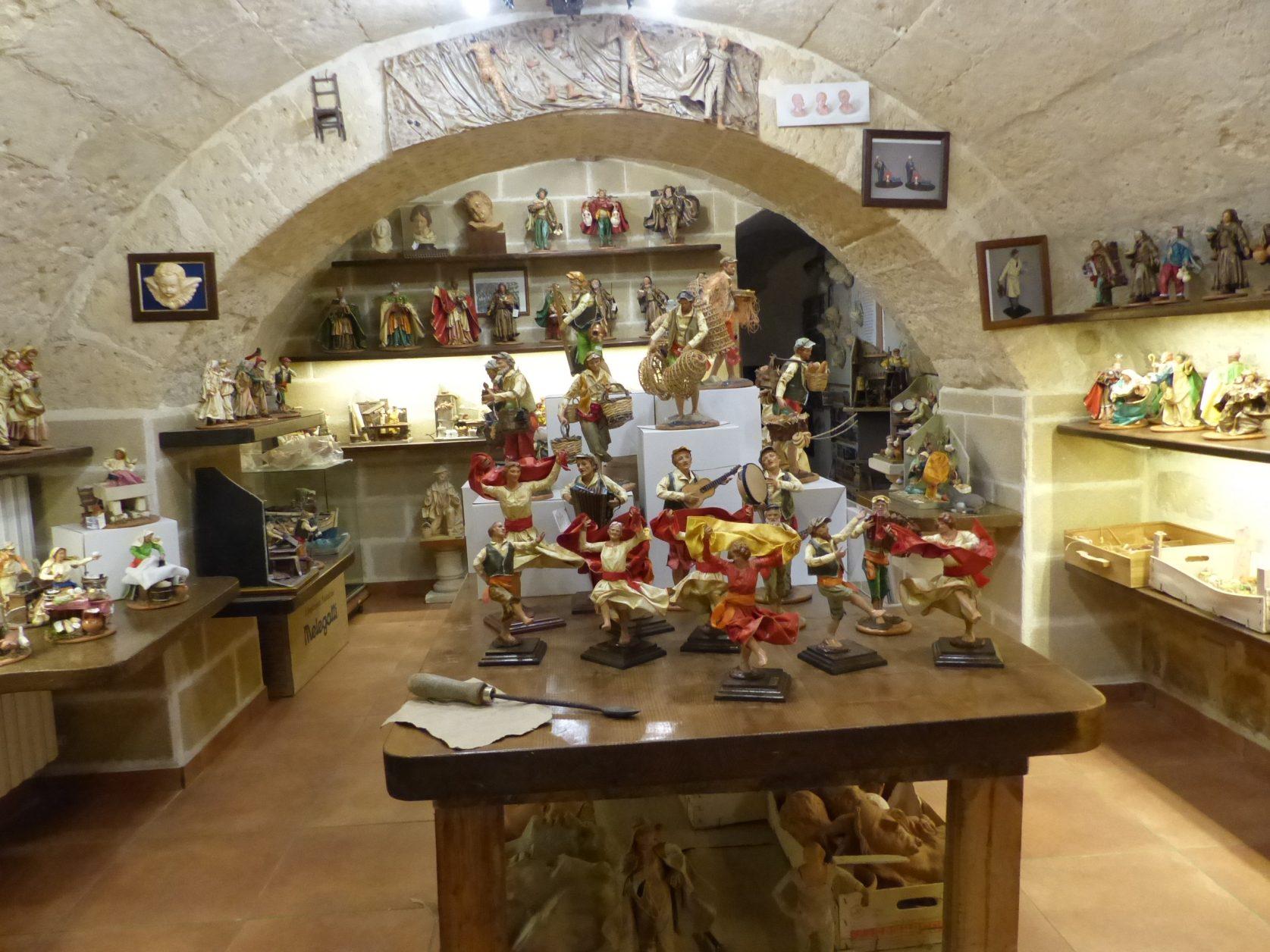 Blick in die Auslagen einer Schnitzerwerkstatt in Lecce Foto: Weirauch