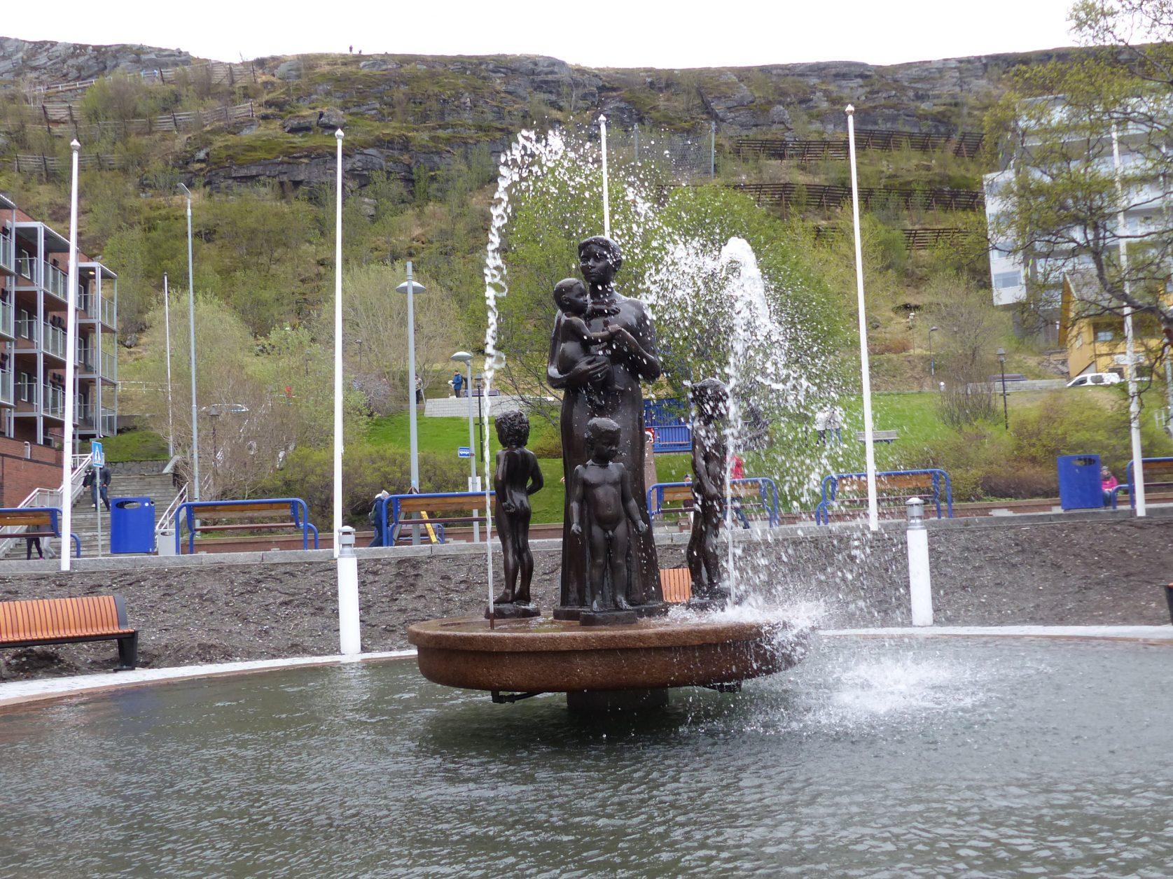 Hammerfest widmet seinen Müttern und Kindern einen springbrunnen im Zentrum der Stadt Foto: Weirauch