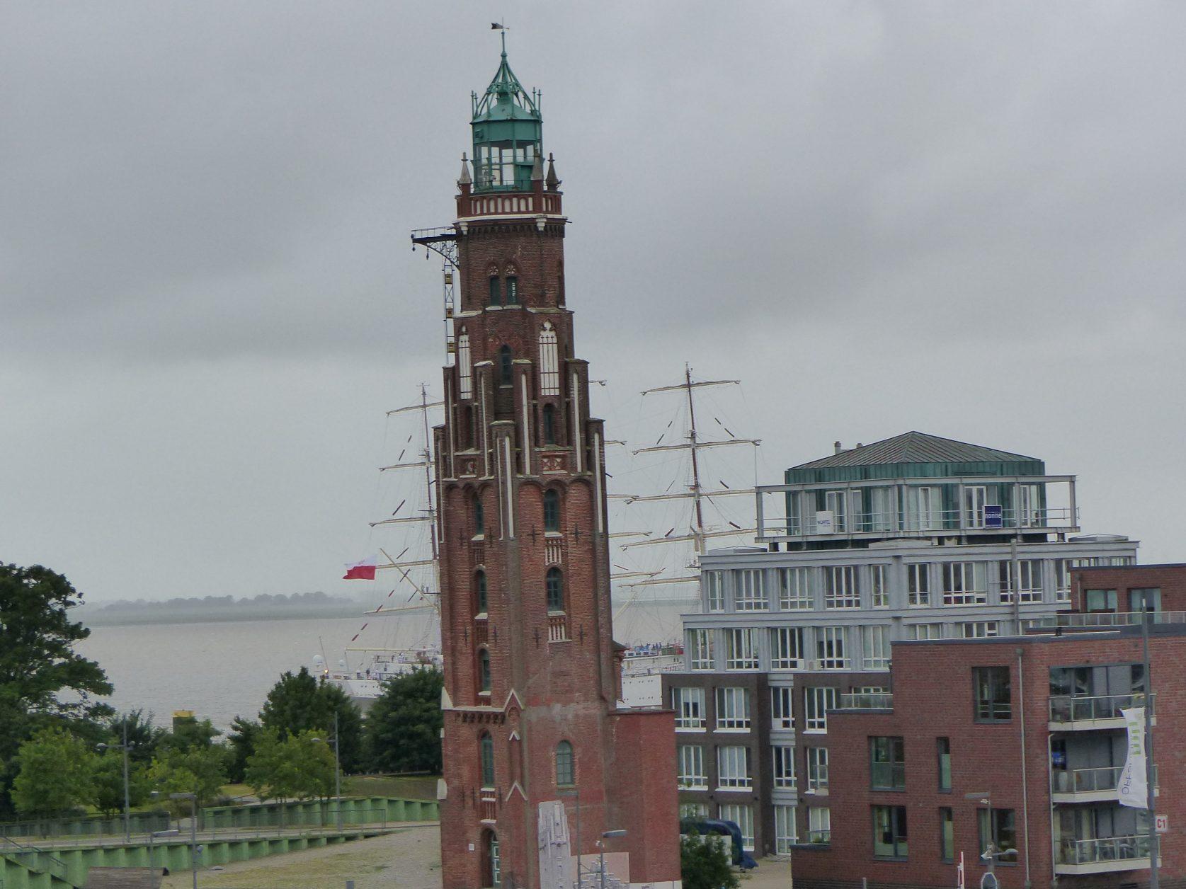 Ein Leuchtturm nähe eines Hafenbeckens. Blick auf den Simon-Loschen Leuchtturm bei der Schleuse Neuer Hafen gegenüber dem the liberty Foto: Weirauch