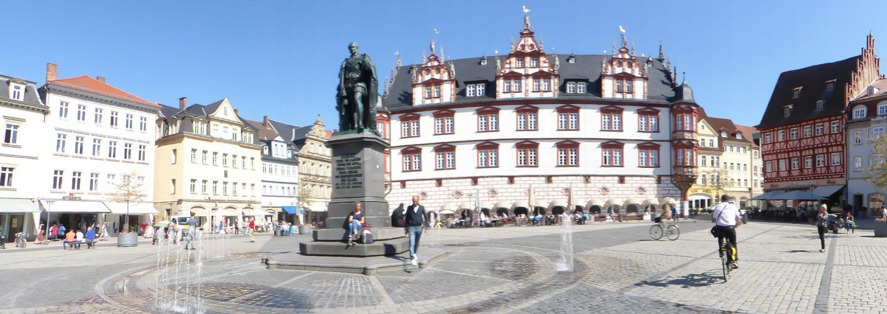 Der Marktplatz mit dem Coburger Statdhaus. In seiner Mitte steht das Prinz-Albert-Denkmal, Foto: Weirauch