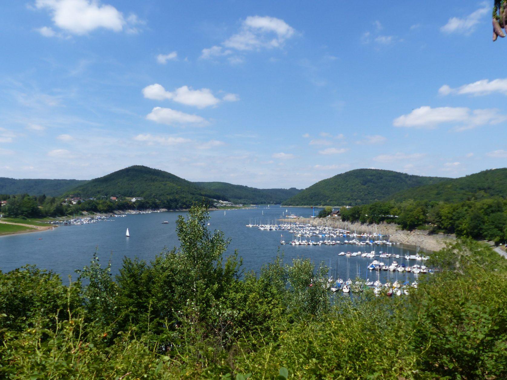 Ein Paradies für Wassersportler ist der Edersee in der Grimmheimat. Foto: Weirauch