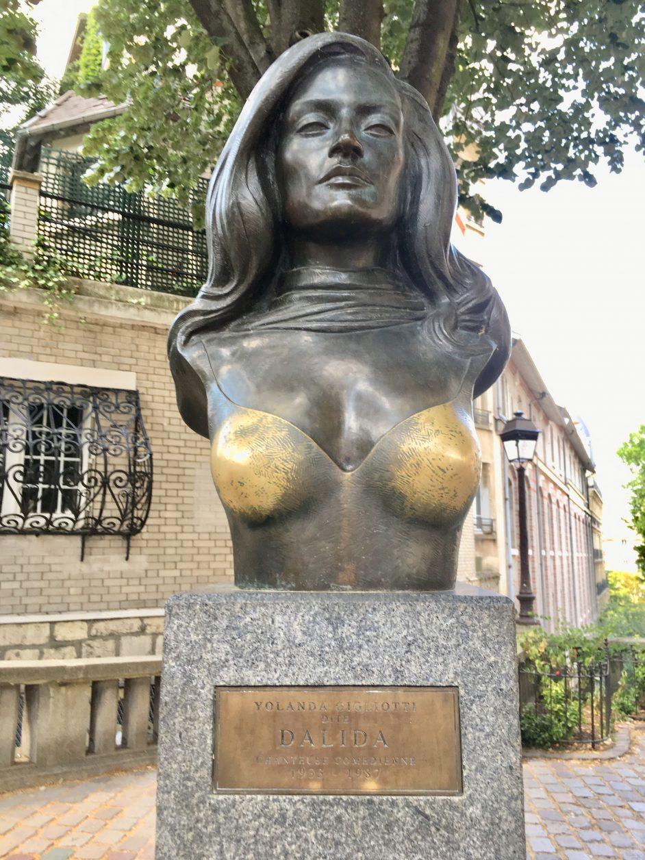 Auf dem Place Dalida erinnert eine Statue an die ägyptisch - italienische Sängerin Dalida. Foto: K. Weirauch