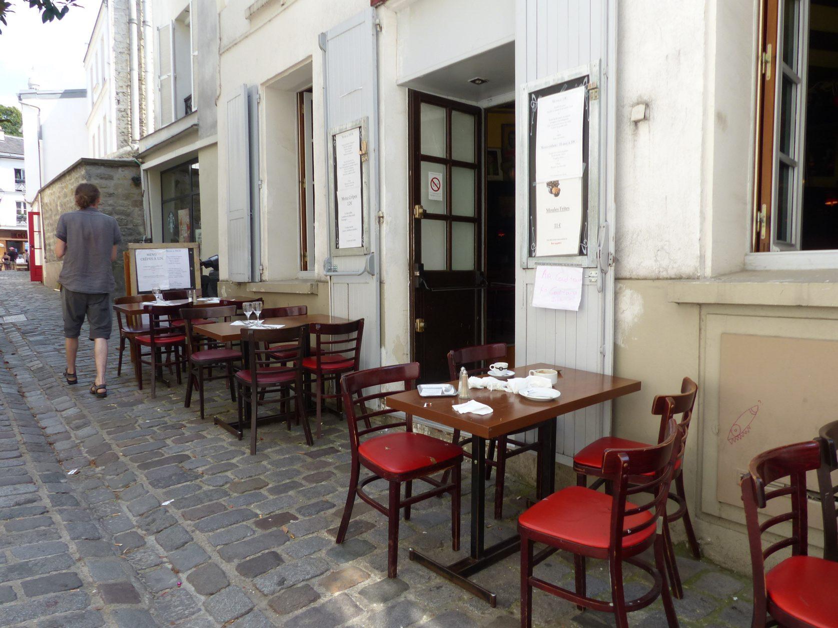 Ein Typisch Französisches Bistro Hat Einen Kachelboden, Eine Lange Theke,  Karrierte Tischdecken Und Spiegel An Den Wänden. Mittags Gibt Es Ein  Schnelles ...