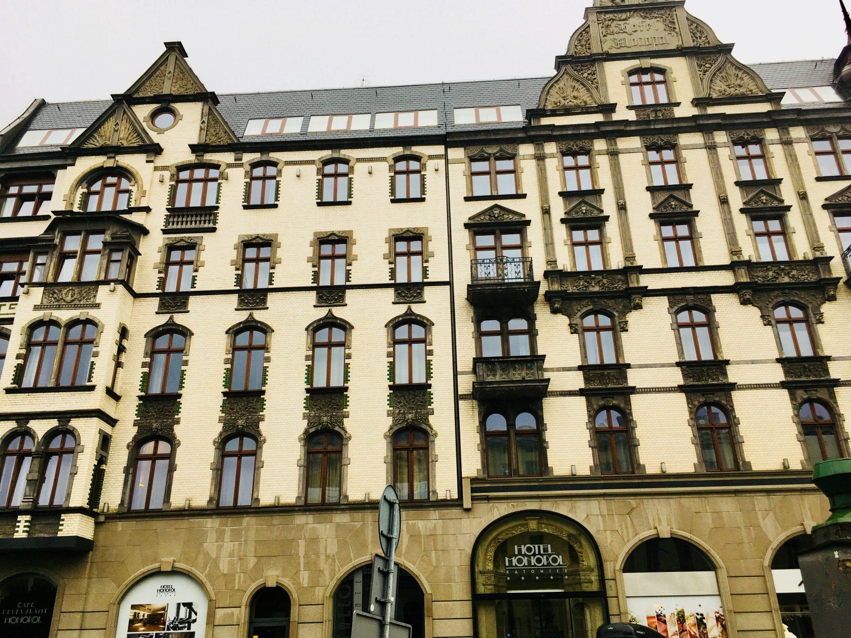Blick auf die prächtige Fassade des Hotel Monopol in Katowice