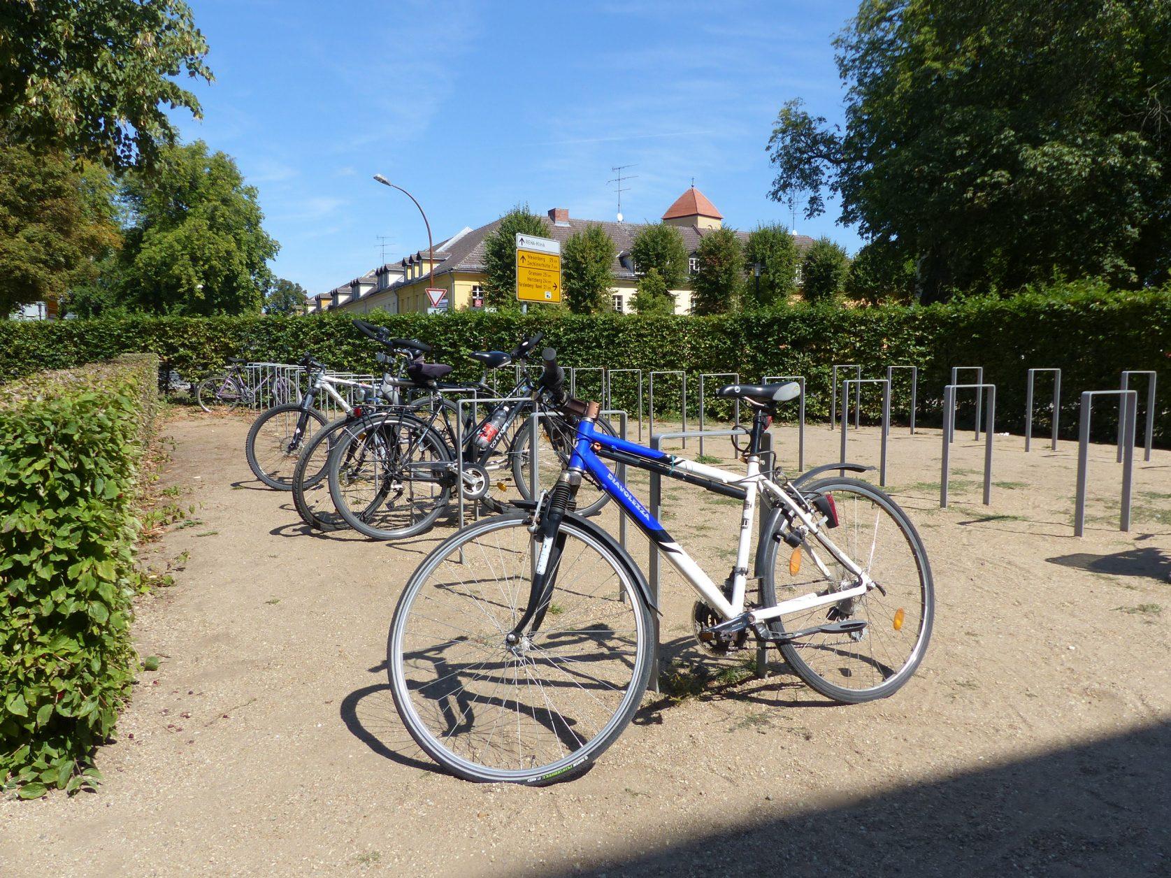 Vorbildliche Fahrradabstellanlage am Marstall in Rheinsberg, Foto: Weirauch