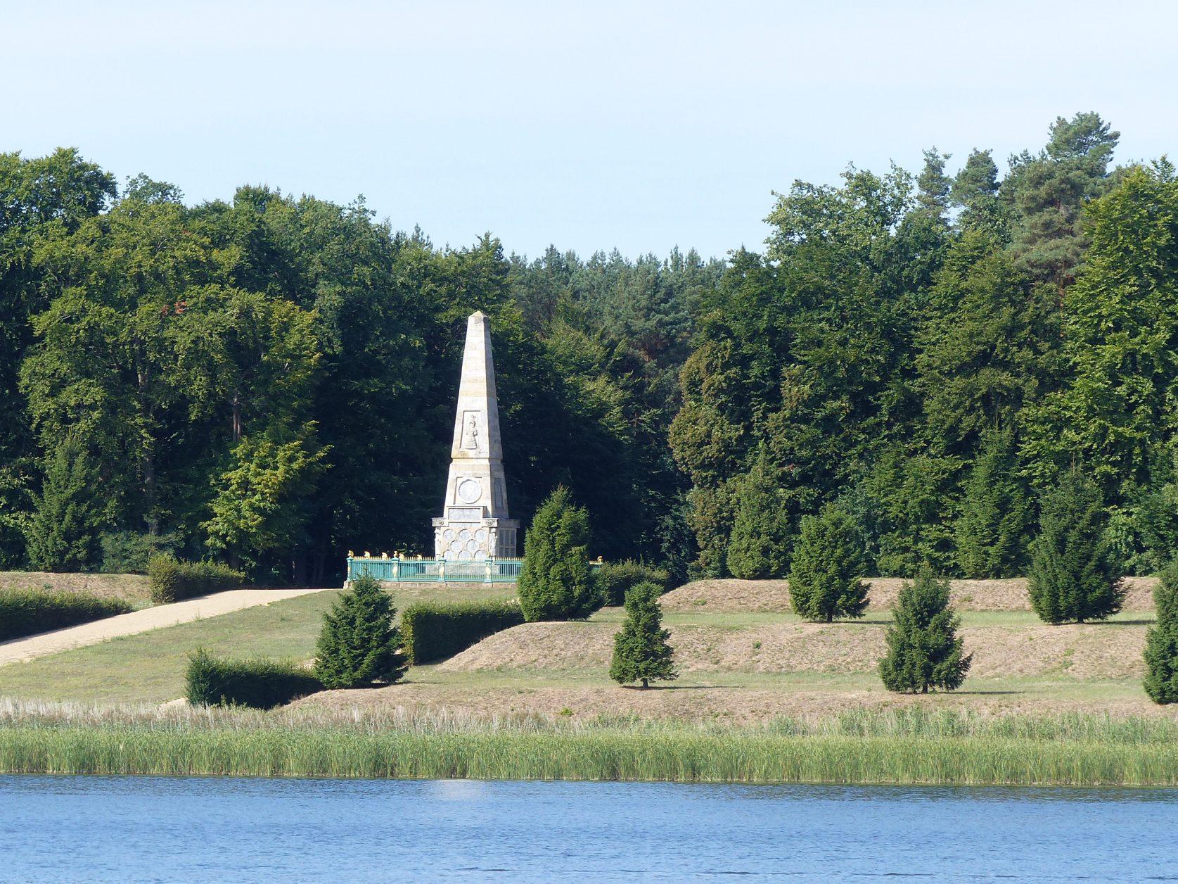 Der Sockel des Obelisk ist mit 28 Medaillons besetzt, Foto: Weirauch