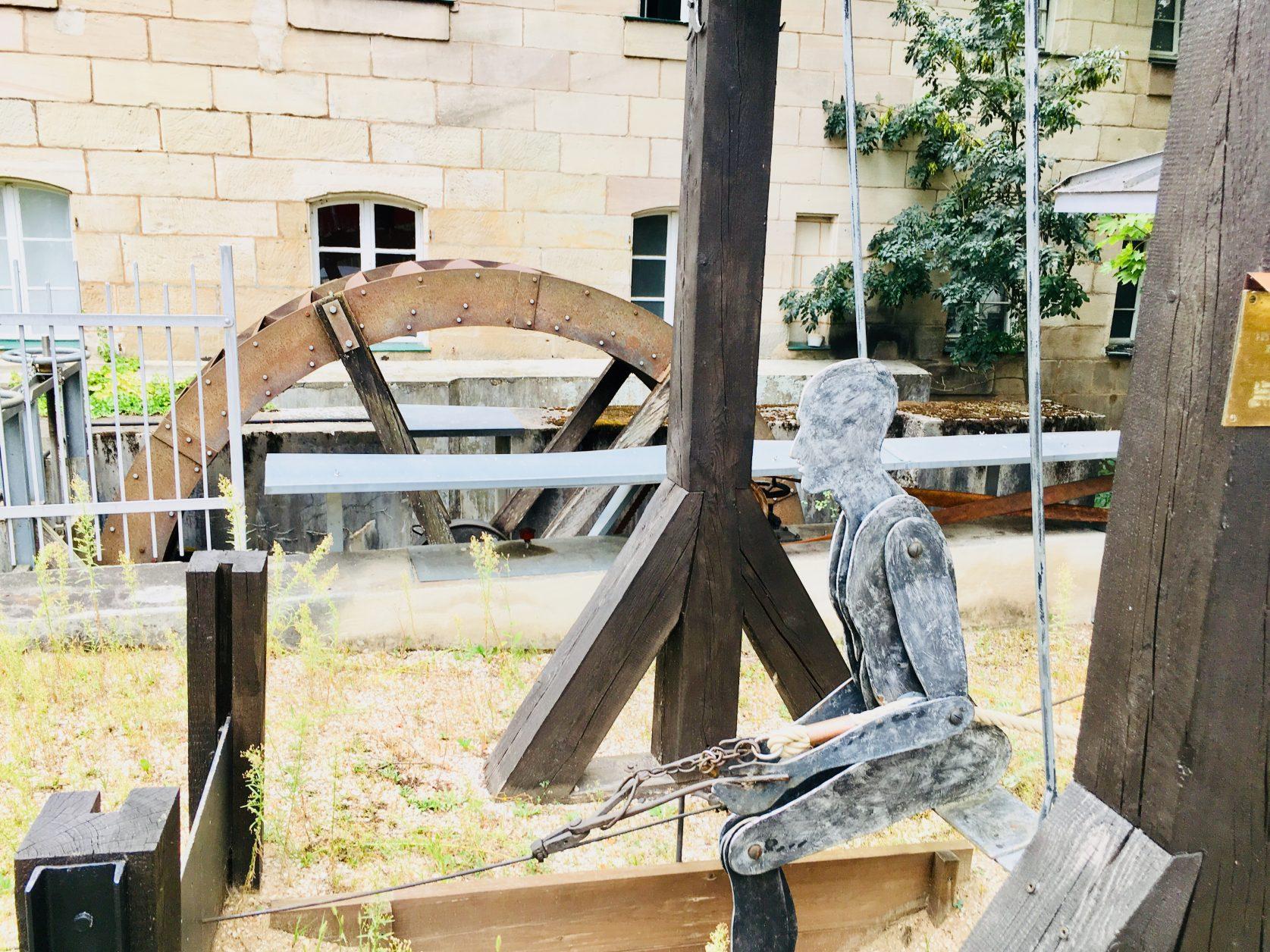 Der Schaukeldrahtzug.Die auf der Schaukel sitzende Figur eines Drahtziehers stammt von dem Staufer Stahlkünstler Thomas Volkmar Held, Foto: Weirauch