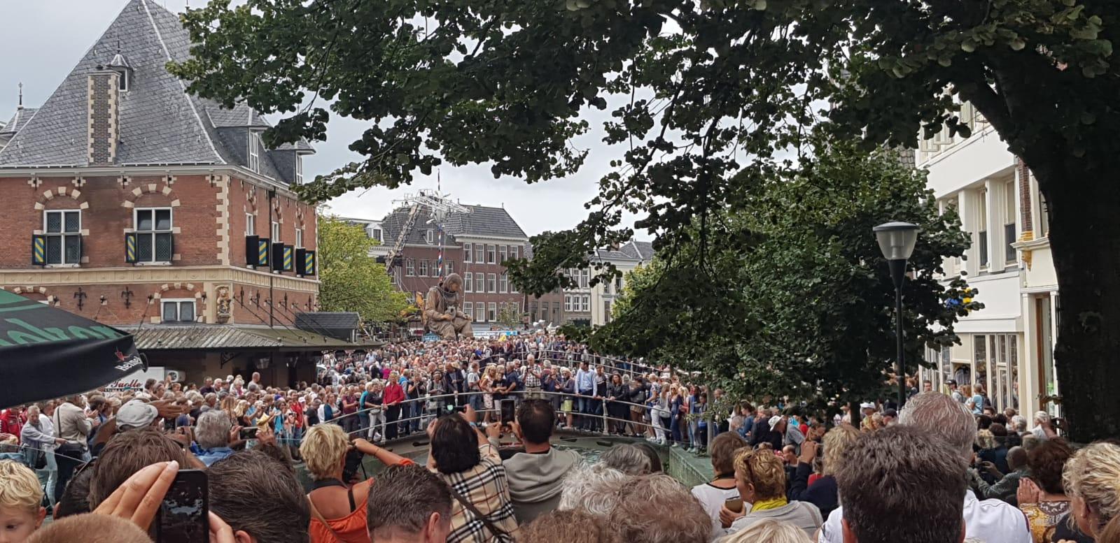 Kein Durchkommen gab es heute am Platzt der Ratswaage in Leeuwarden, als der Taucher der Riesen eine Mittagspause einlegte, Foto: Josef Weirauch