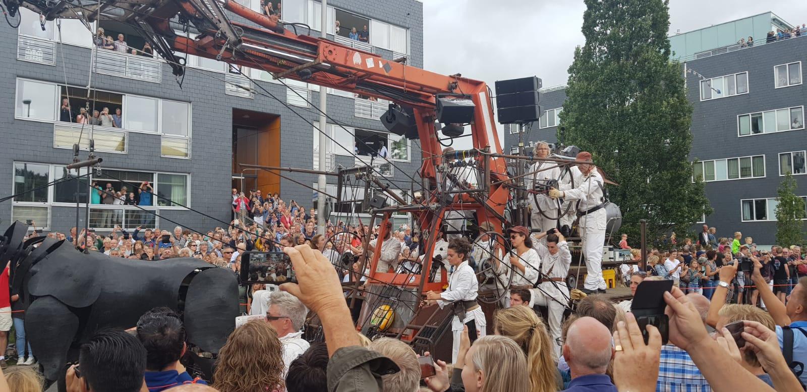 Umringt von Zehntausenden Besucher stolziert der Wolf durch die Straßen der Stadt Leeuwarden, Foto: Josef Weirauch