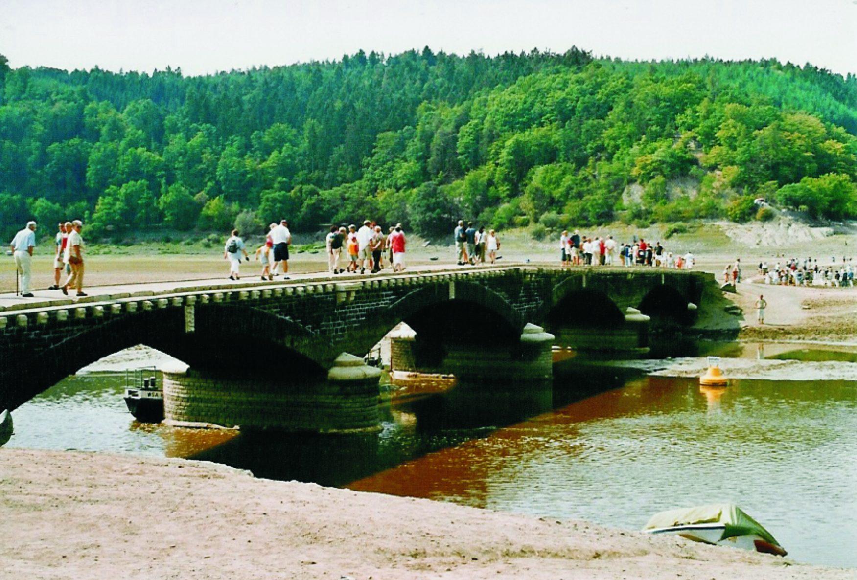 Blick auf die freigelegte Brücke von Asel, Foto: Edersee Touristic