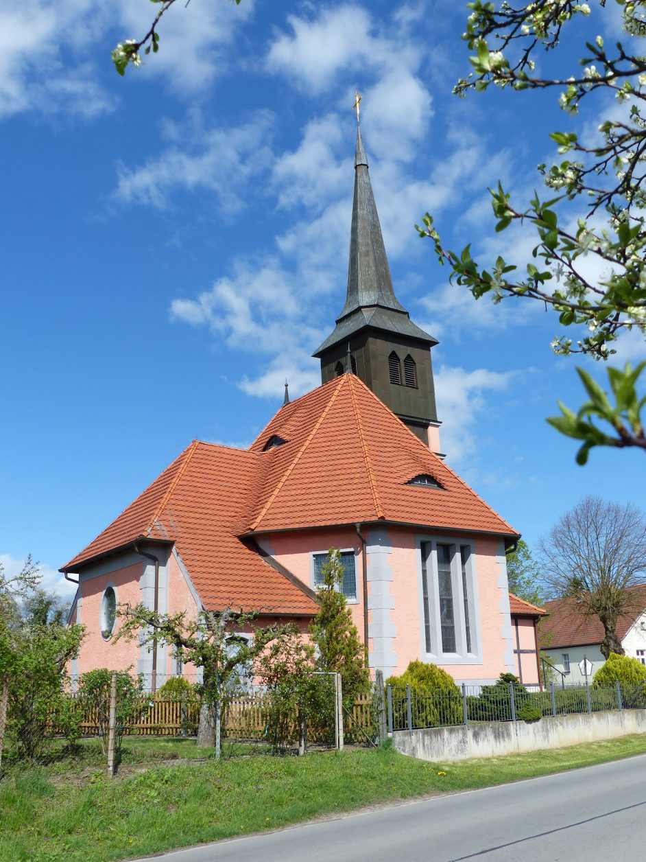 Blick auf die Dorfkirche von Bagow