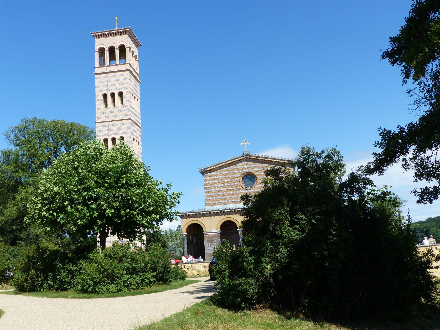 Blick auf die Heilandskirche am Port von Sacrow