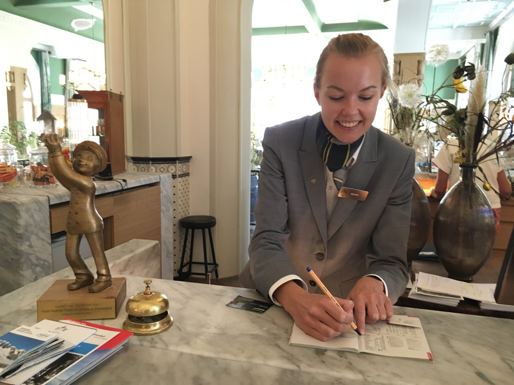 Immer freundlich und kompetent: Rezeptionistin Leonie im Hotel Walther in Pontresina, Foto: Weirauch